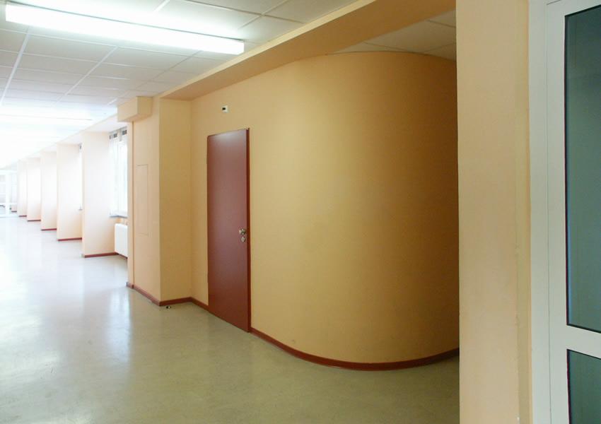 Referenz Maler Matthe Berlin - Malerarbeiten innen -Wand seidenglaenzend mit roter Tuer und Fußleiste als Dekorelement in einer Schule (2)