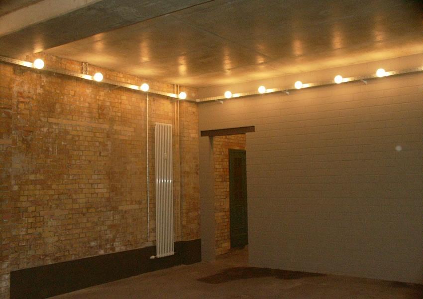 Referenz Maler Matthe Berlin - Malerarbeiten innen - Industriebau modern gestaltet Decke Sichtbeton Wände offenporig Silikatfarbe hell (2)