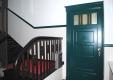 referenz-maler-matthe-berlin-malerarbeiten-innen-hochwertiges-altbau-treppenhaus-mit-farblichen-akzenten