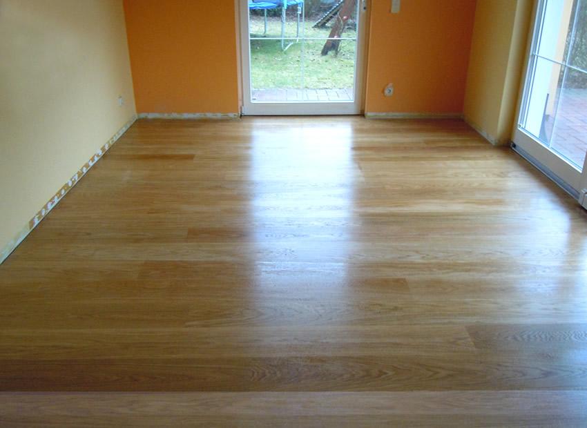 Referenz Boden 3 - Frischer, noch glaenzender 2K Wasserlack, fuer Fußbodenheizung geeignet